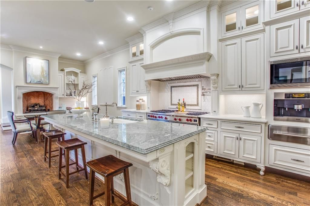White Crowned Kitchen